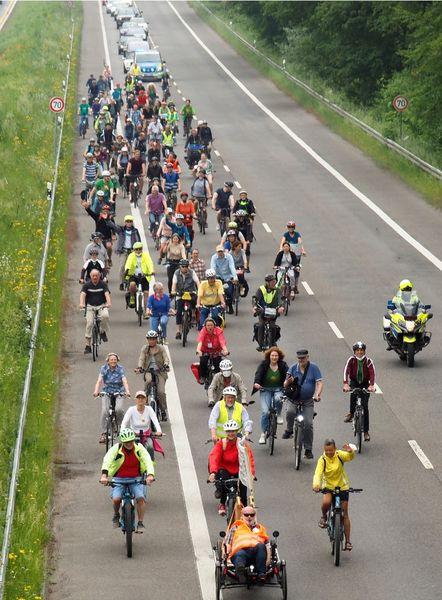 Mehr als 100 Radler*innen auf dem Ostring  von Süden kommend kurz vor dem Treffpunkt Giesenheide im Norden Hildens